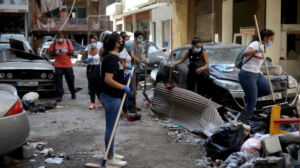 Des bénévoles nettoient les décombres d'une rue du quartier branché de Beyrouth, Mar Mikhael.