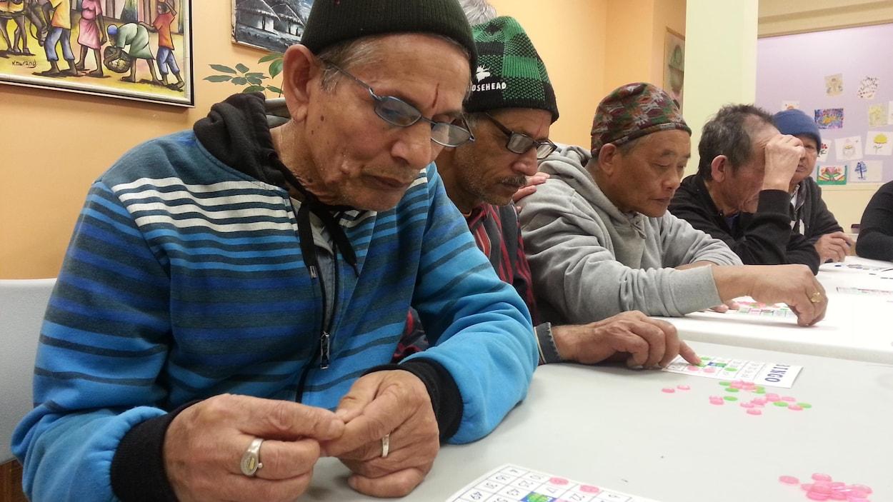 Des immigrants âgés participent à une atelier de francisation.