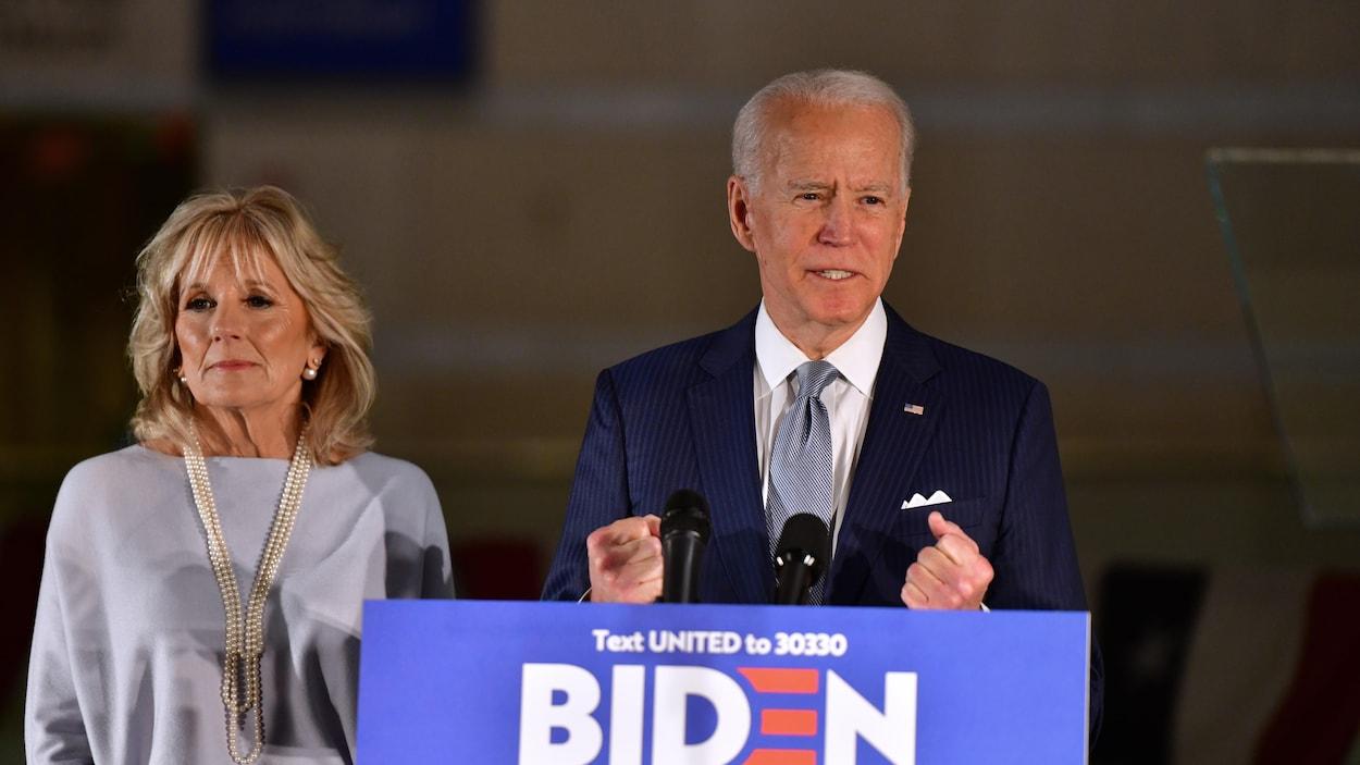Les poings fermés, Joe Biden, aux côtés de sa femme, la Dre Jill Biden, s'adresse à un petit groupe de partisans en Pennsylvanie.