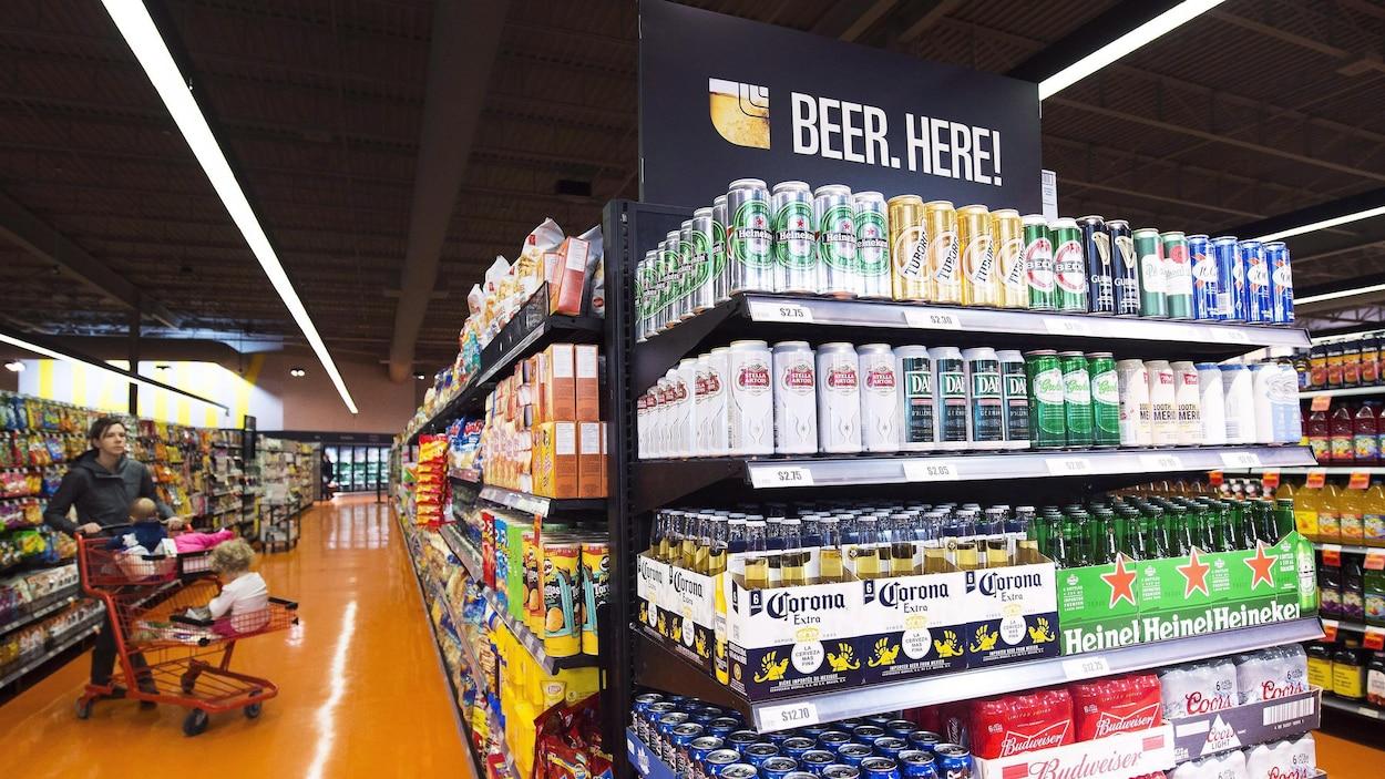 Étalage de bière dans une épicerie