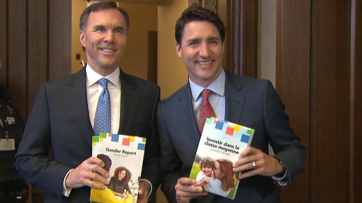 Bill Morneau et Justin Trudeau présentent le budget.