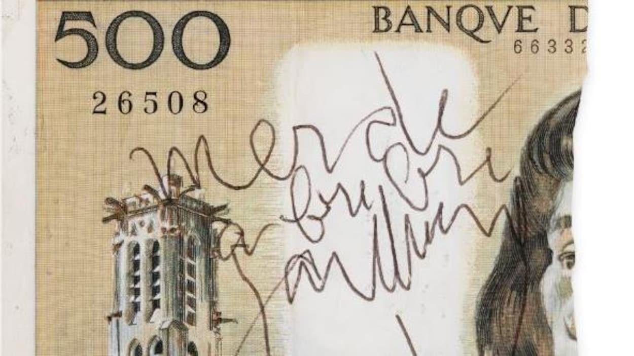 Le billet est déchiré et affiche la signature de Serge Gainsbourg.
