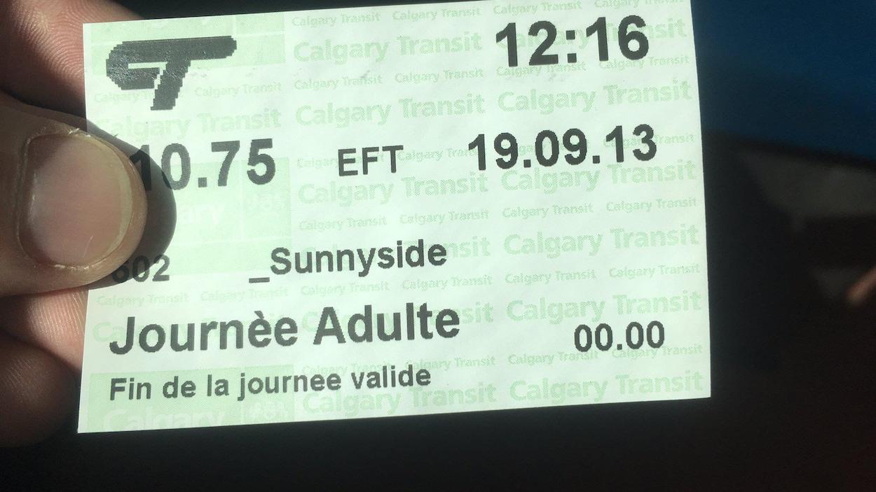 Un billet d'autobus sur lequel on peut lire : Journèe (sic) Adulte, fin de la journee valide.