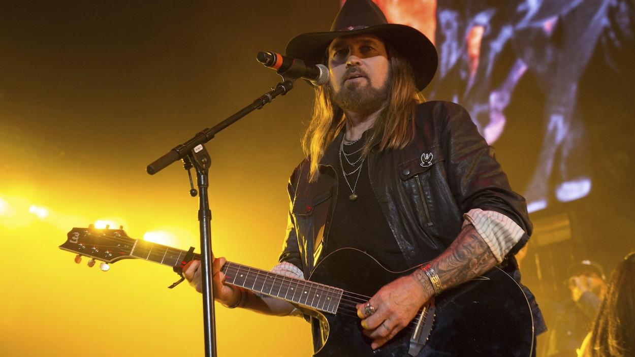 L'artiste tient une guitare sur la scène du MetLife Stadium, à East Rutherford.