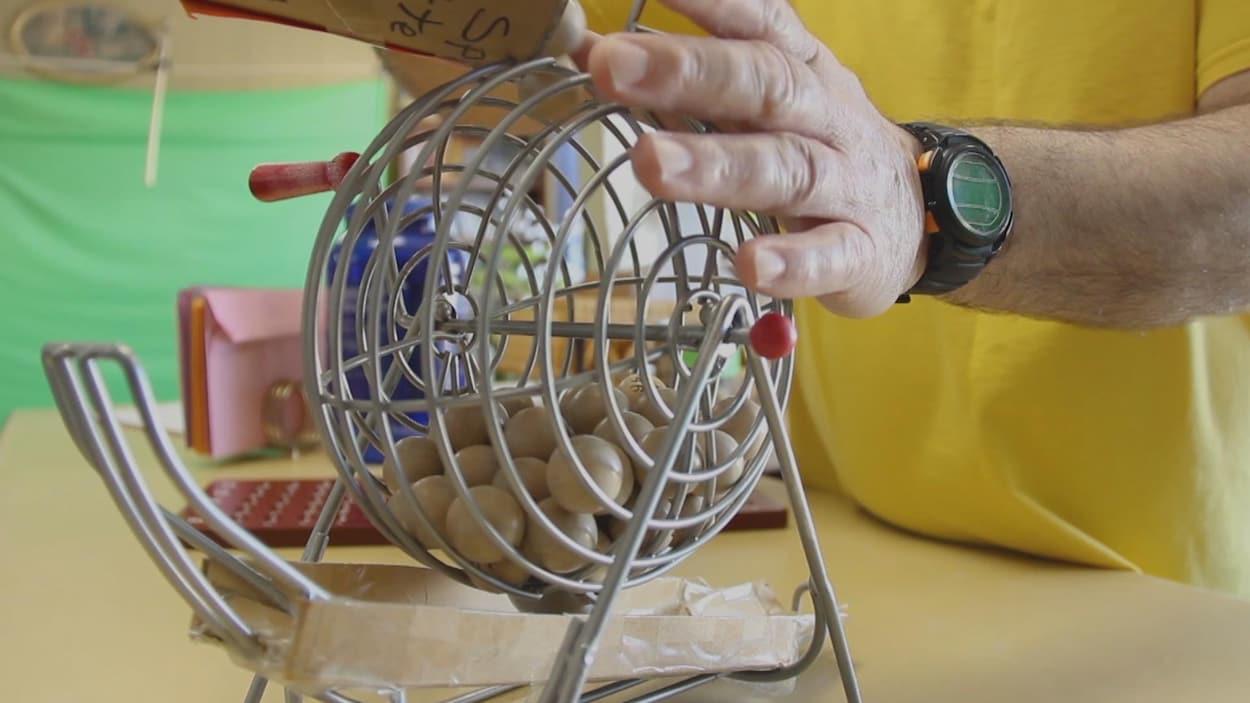 Une machine qui brasse les boules de bingo.
