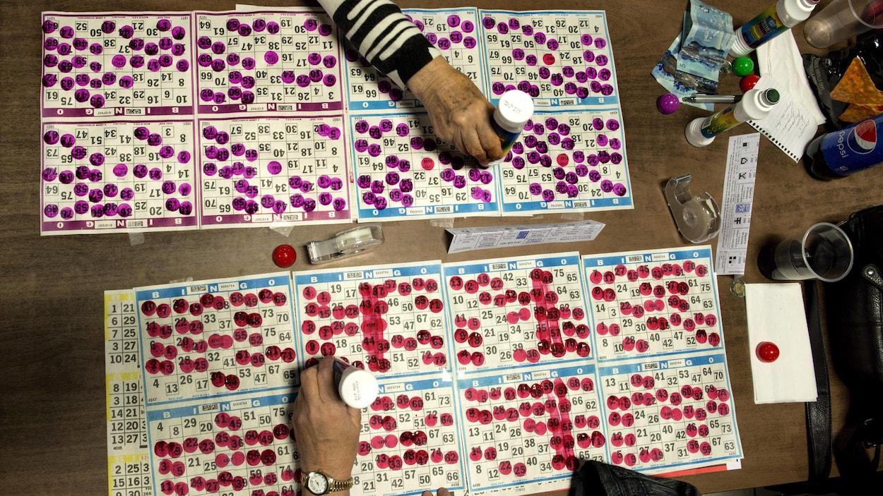 Deux personnes jouent au bingo face à face.