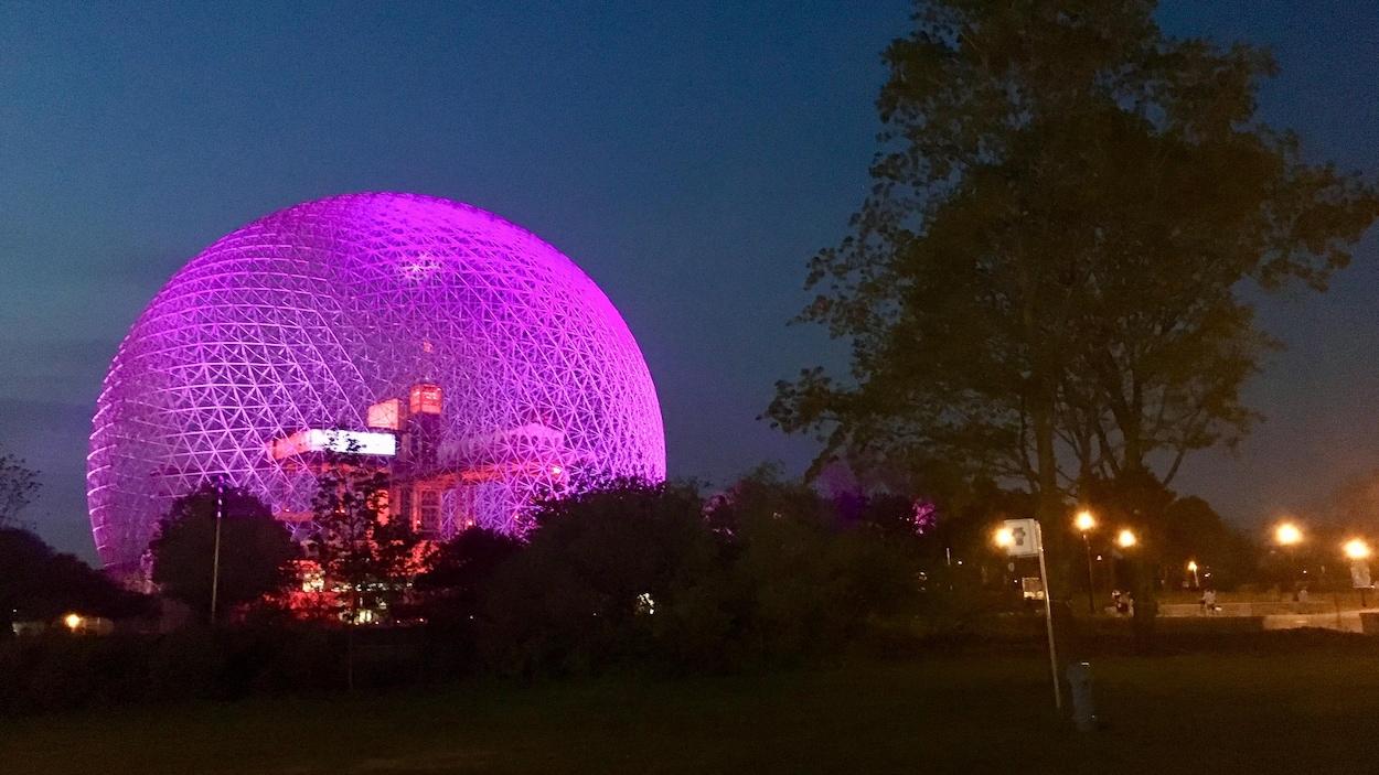 La Biosphère illuminée lors des cérémonies du 375e anniversaire de Montréal.