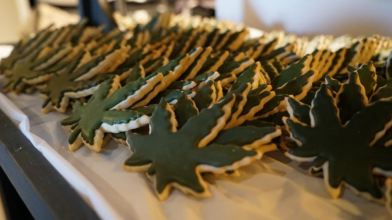 Des biscuits verts en forme de feuille d'érable.