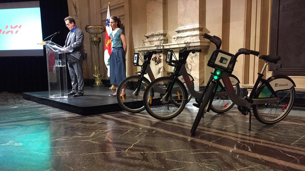 Deux personnes debout et trois vélos