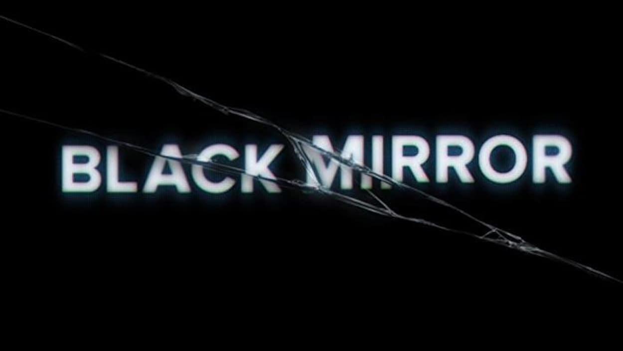 L'affiche de la série  Black Mirror , où le titre apparaît comme brisé sur un écran de téléphone intelligent.