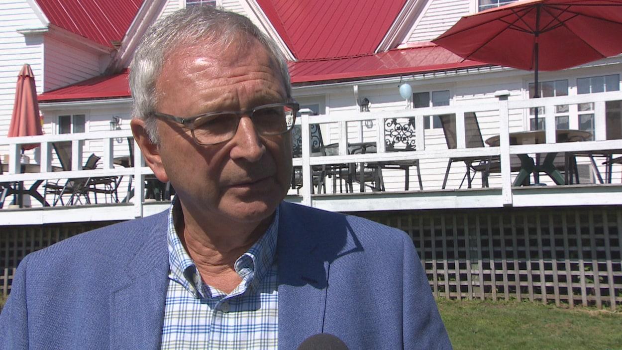 Le premier ministre Blaine Higgs s'adresse aux journalistes.