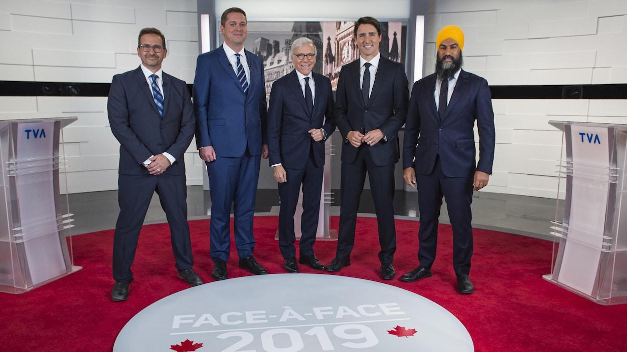 Yves-François Blanchet, Andrew Scheer, l'animateur Pierre Bruneau, Justin Trudeau et Jagmeet Singh sur le plateau de TVA