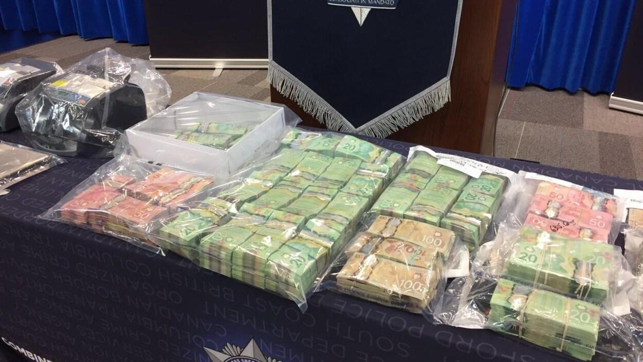 De l'argent saisi lors d'une enquête sur le blanchiment d'argent dans des casinos et des maisons de jeu illégales.