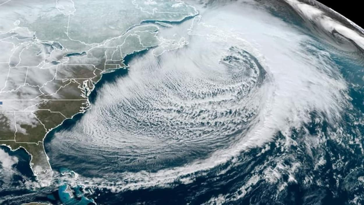 Image satellite montrant un blizzard longeant la côte est de l'Amérique du Nord.
