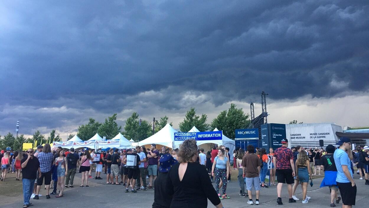 Un ciel sombre couvre le site du Bluesfest.
