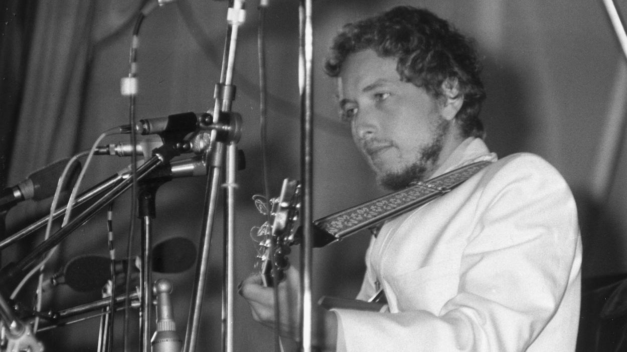 Bob Dylan sur scène lors d'un festival de musique en Grande-Bretagne, en 1969