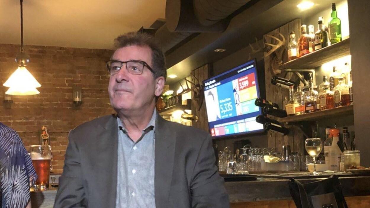 Bob Nault surveille les résultats des élections fédérale dans un bar de Kenora.