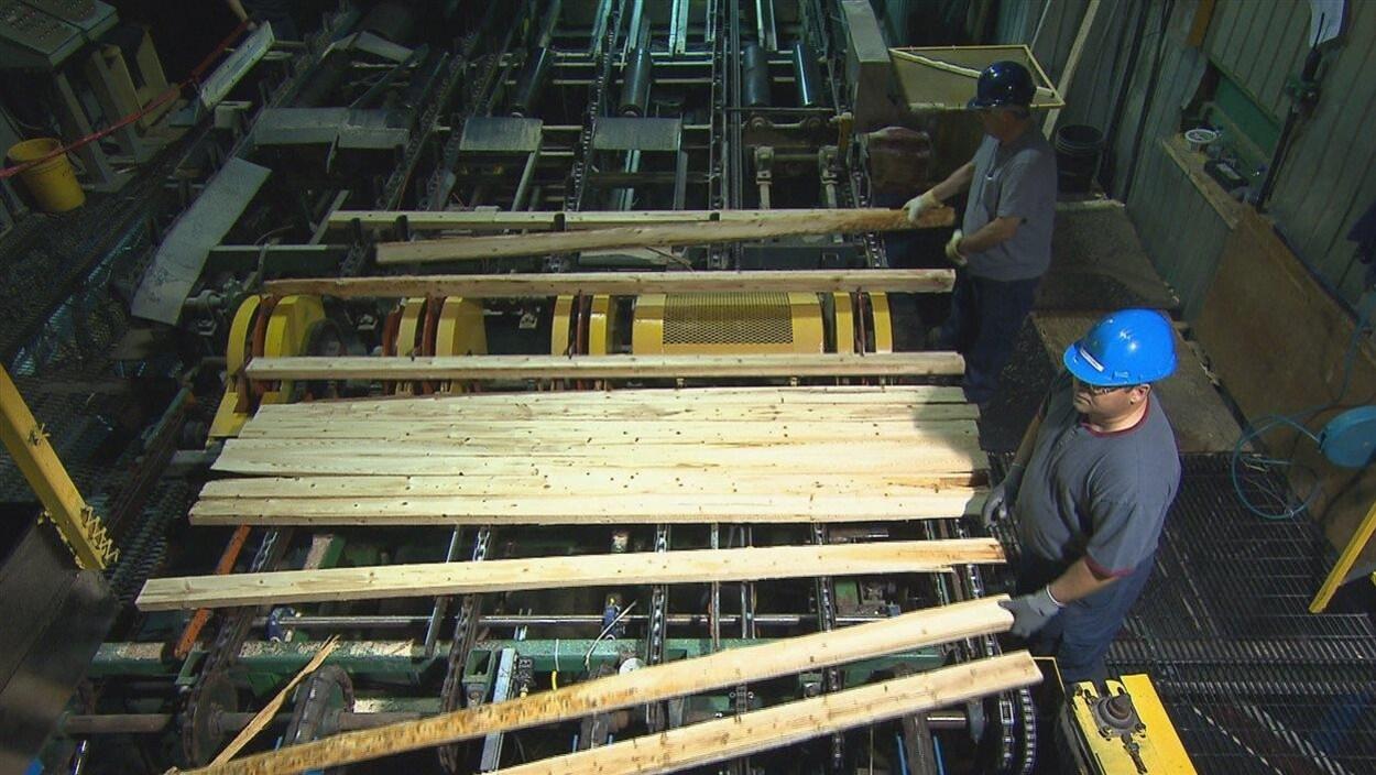 Des employés d'une usine de bois d'oeuvre
