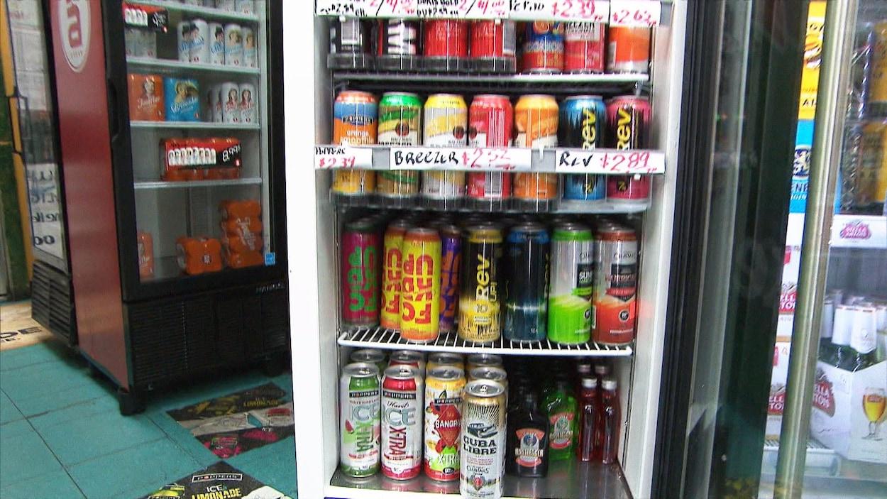 Des boissons alcoolisées dans un réfrigérateur.