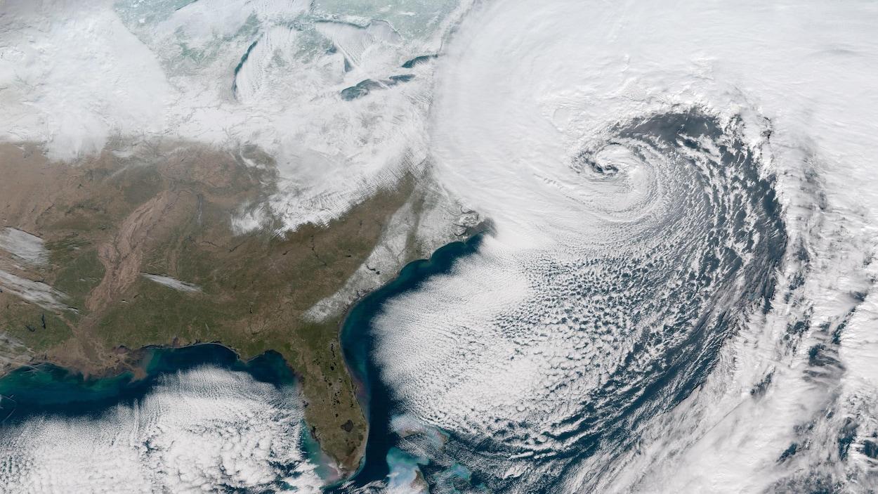 Des nuages menaçants au-dessus du Canada et des États-Unis.