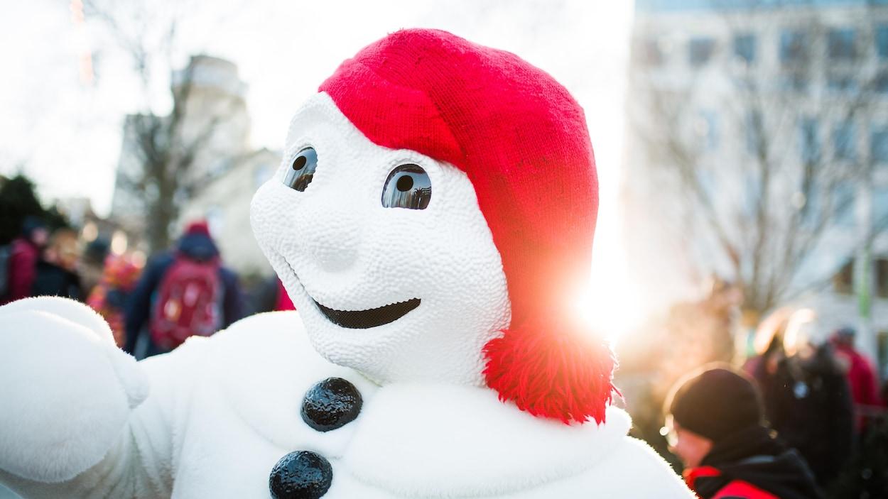 Le Bonhomme Carnaval à l'extérieur l'hiver.