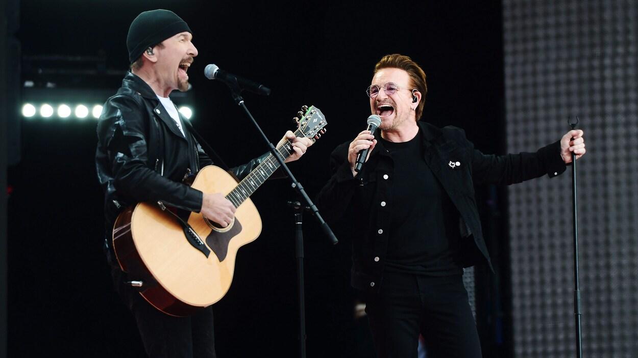 Bono et The Edge du groupe U2 chantent le succès «One».