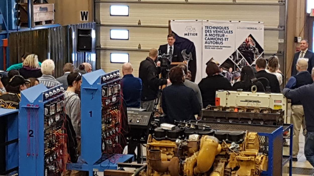Conférence de presse à Timmins dans une salle de fabrication de moteurs.