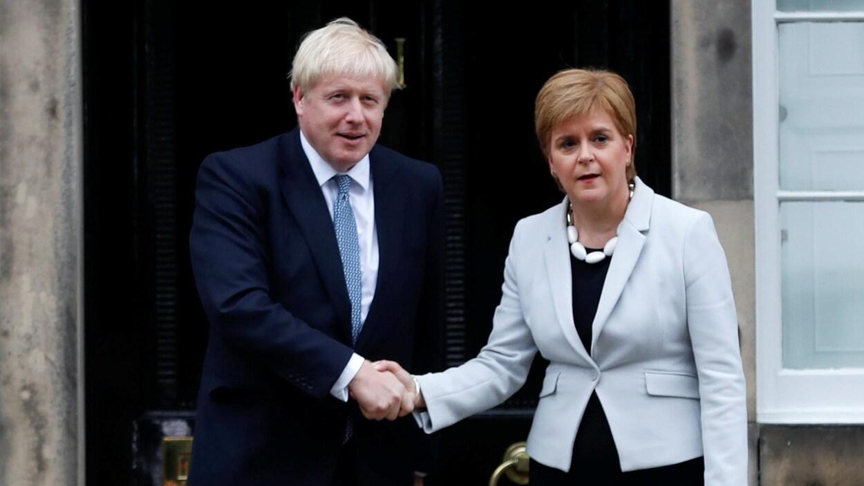 Boris Johnson serre la main de la première ministre écossaise Nicola Sturgeon.