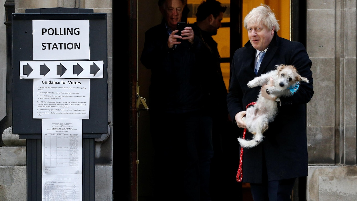 Boris Johnson à la sortie d'un bureau de vote.