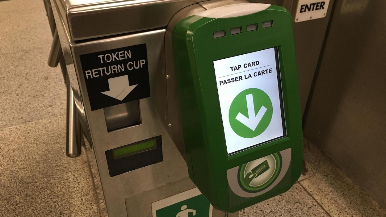Une borne verte qui permet aux usagers d'utiliser leur carte Presto pour entrer dans le métro.