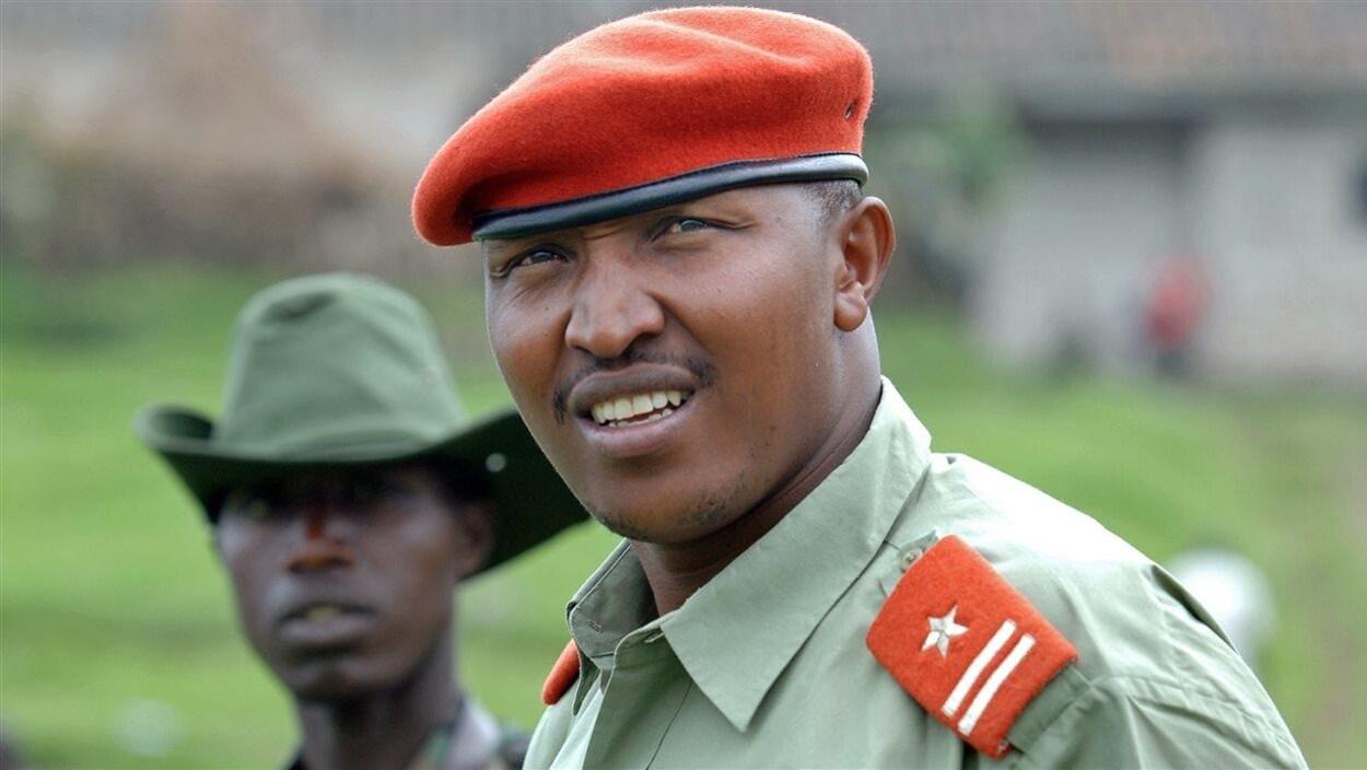 Un officier congolais se tient aux côtés d'un combattant.