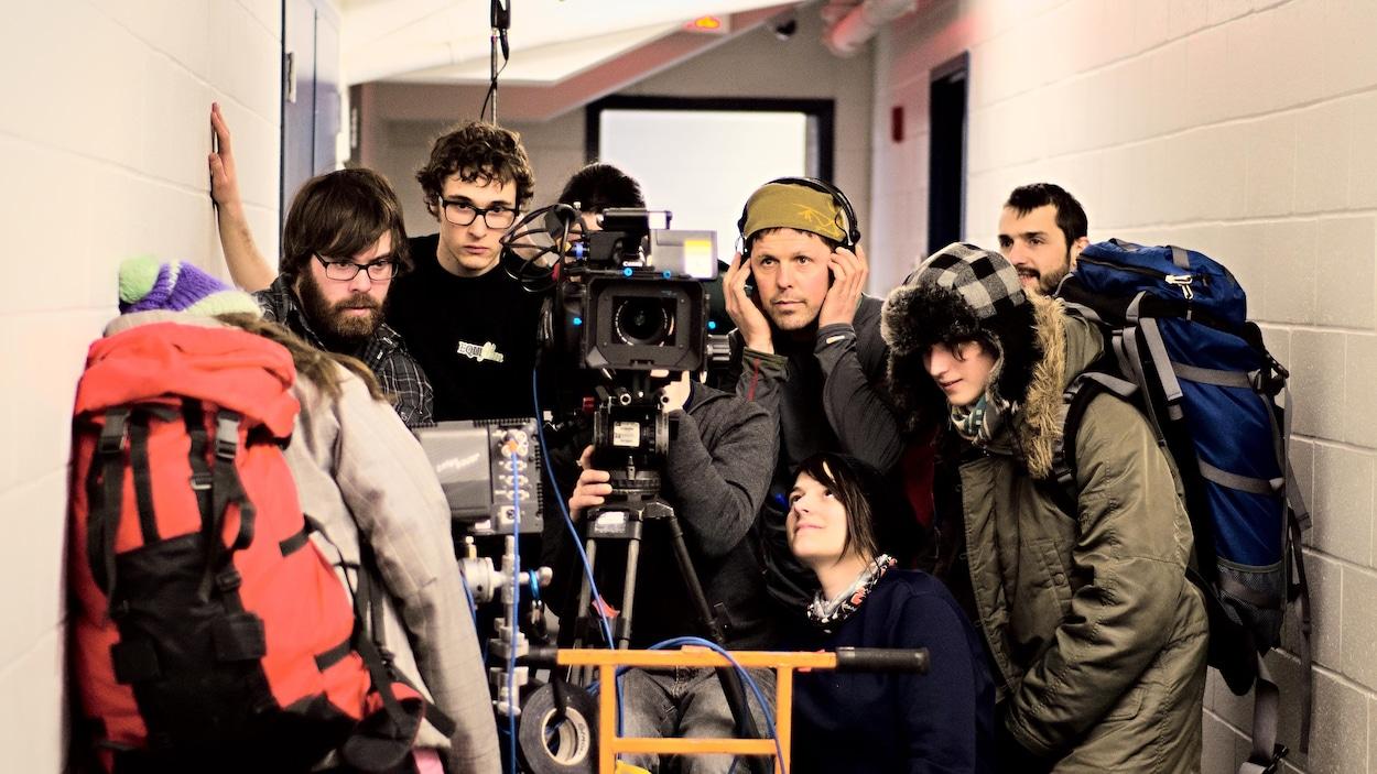 Une équipe de tournage derrière une caméra