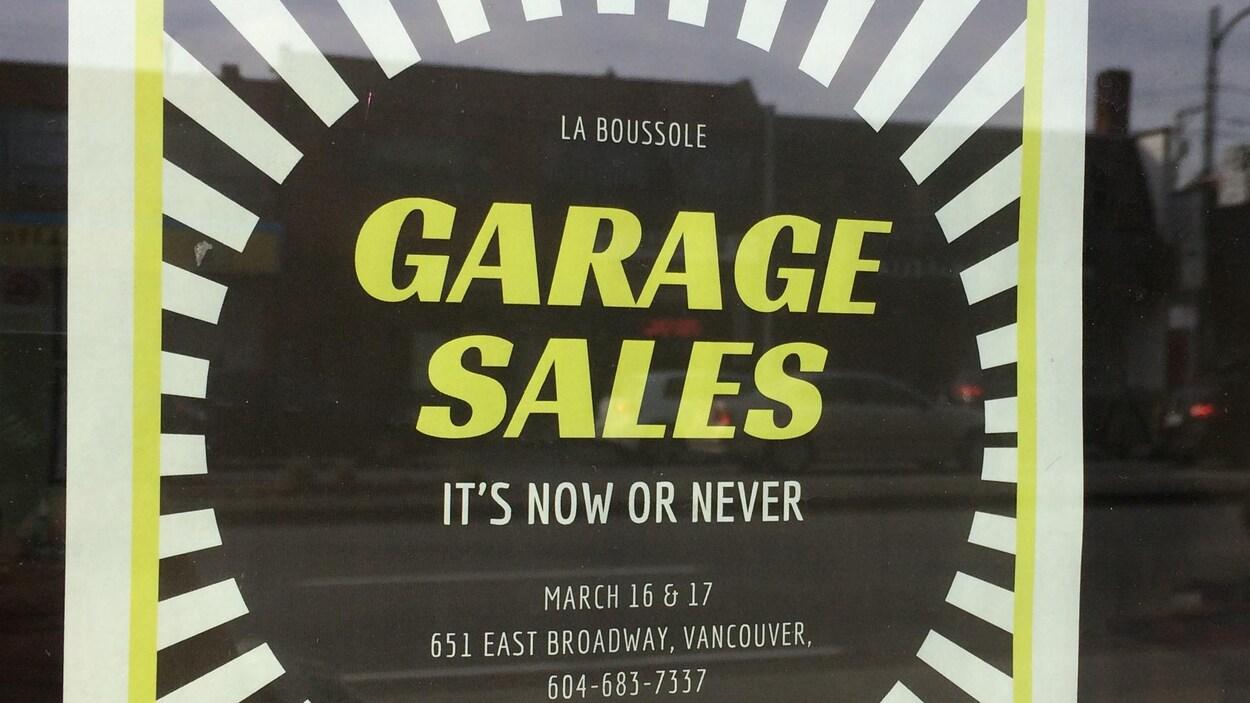 Affiche annonçant une vente de garage à La Boussole.