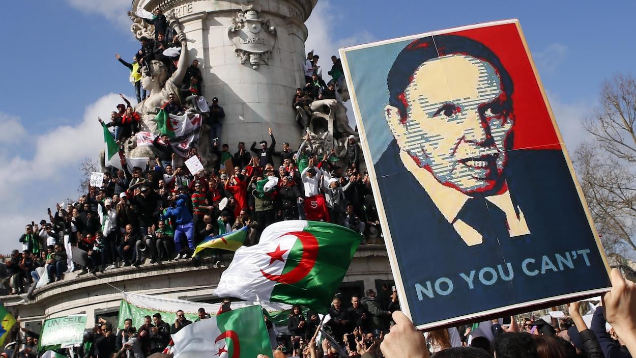 Une affiche inspirée de la campagne de Barack Obama, Yes We Can, montre Bouteflika avec le slogan No You Can't.