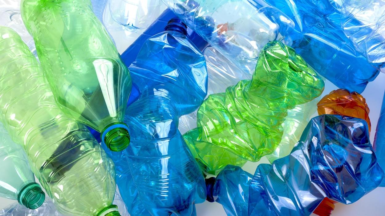 Des bouteilles de plastique.