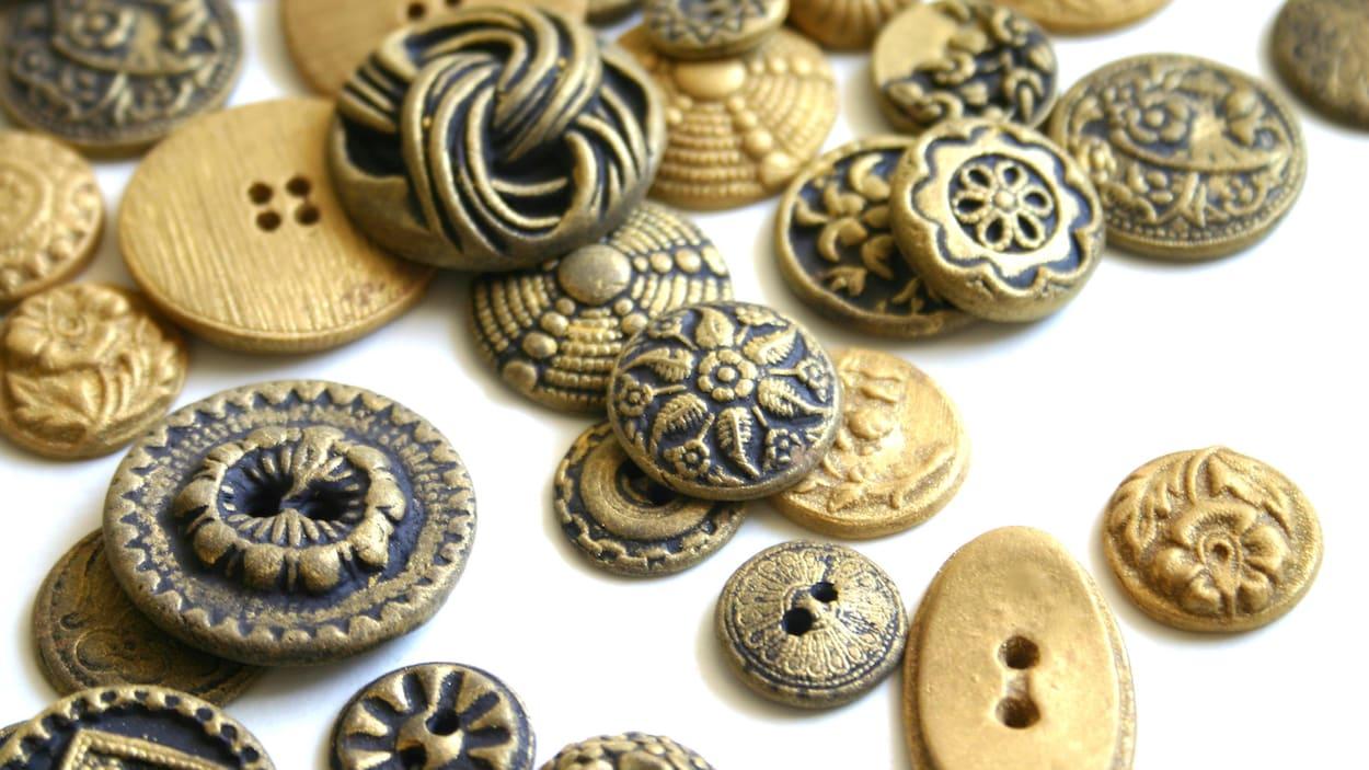 Lot de plusieurs répliques de boutons de l'époque victorienne et du milieu du siècle.