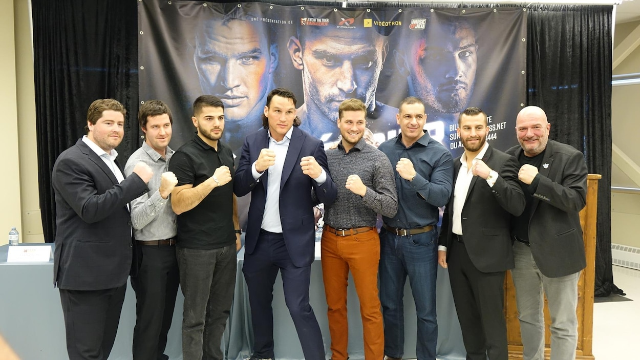 Les boxeurs David Lemieux, Simon Kean, Erik Bazinyan et Camille Estephan, entourés de membres de Eye of the Tiger Management.