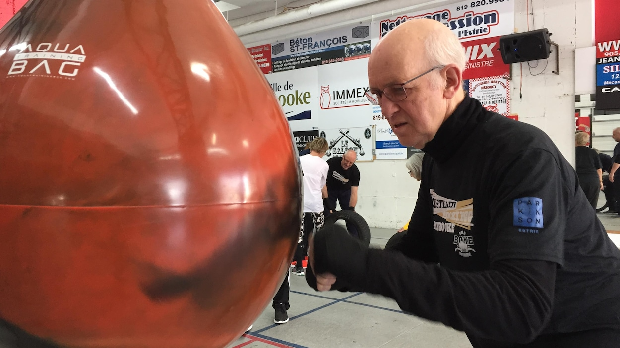 Ken Beck se pratique en frappant dans un punching bag.