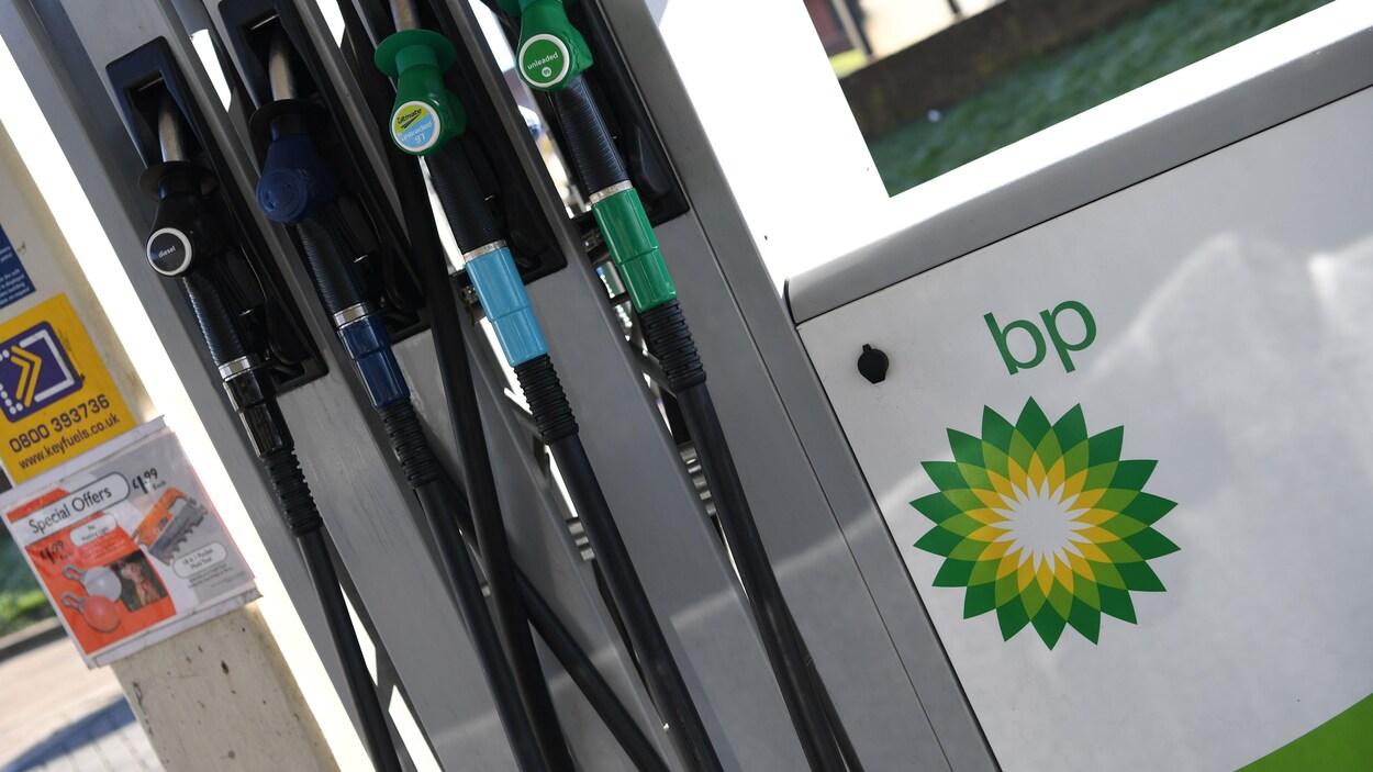 Un poste d'essence dans une station service de BP.