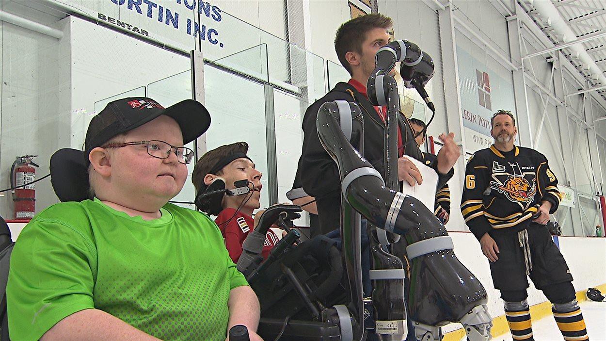 des personnes handicapés avec un bras robotisé
