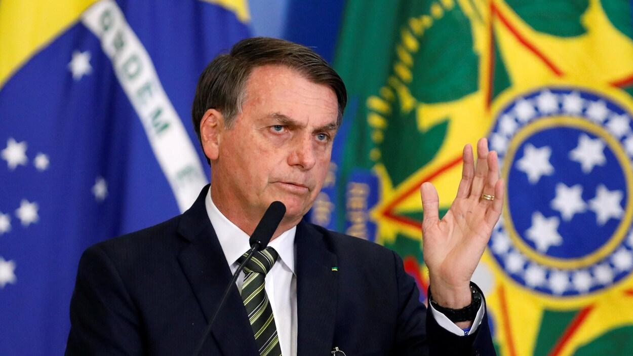 Jair Bolsonaro parle devant un micro.