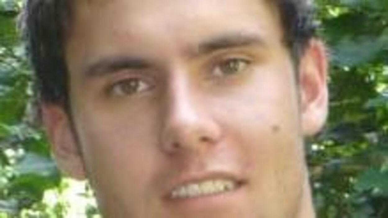 Le défunt Brett Wiese sourit à la caméra.