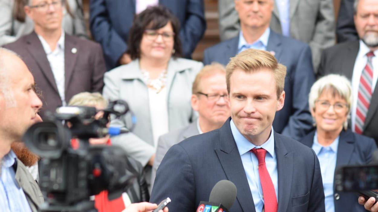 Brian Gallant, le chef du Parti libéral du Nouveau-Brunswick, en point de presse.