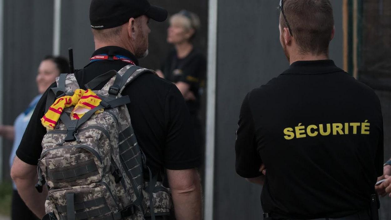 Il faut observer le sac à dos de cet homme pour comprendre, grâce à son ruban jaune, qu'il est membre de la brigade.