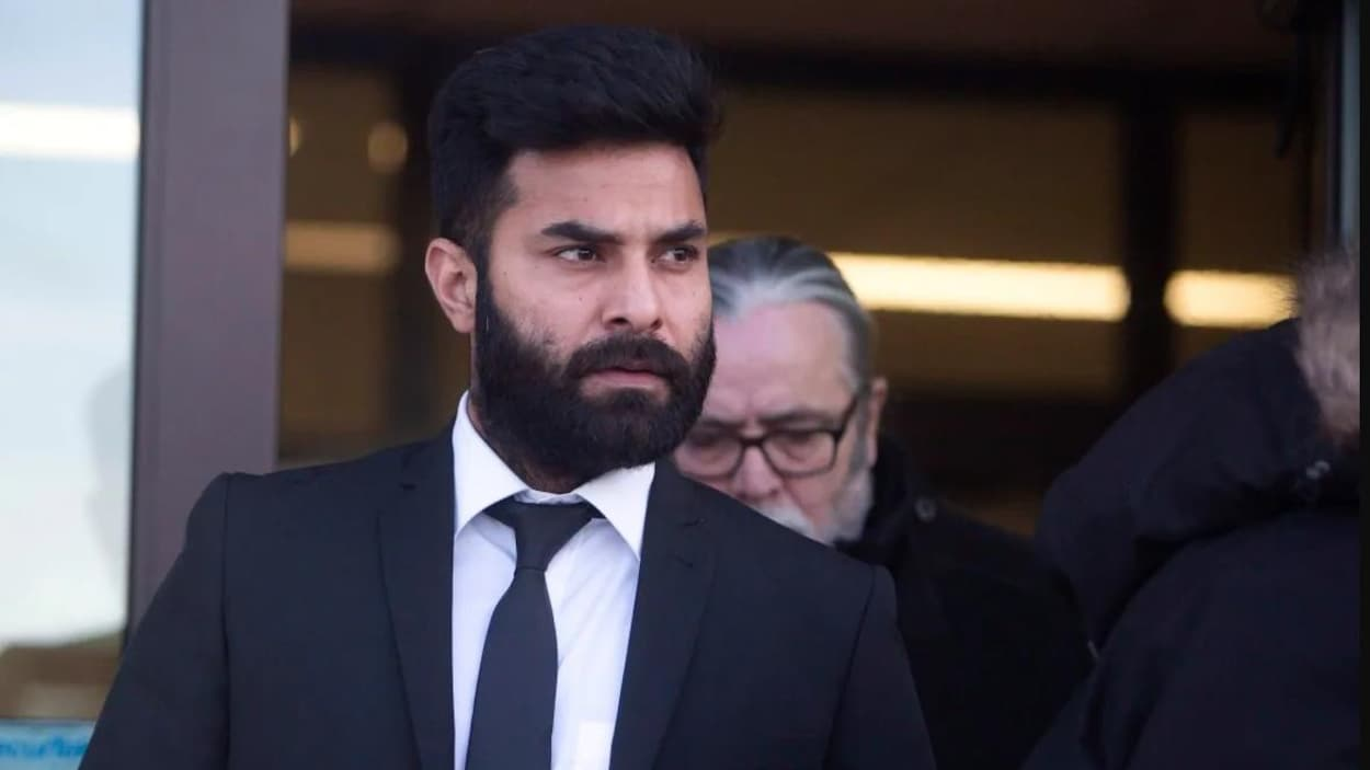 Jaskirat Singh Sidhu, debout, à la sortie du tribunal.