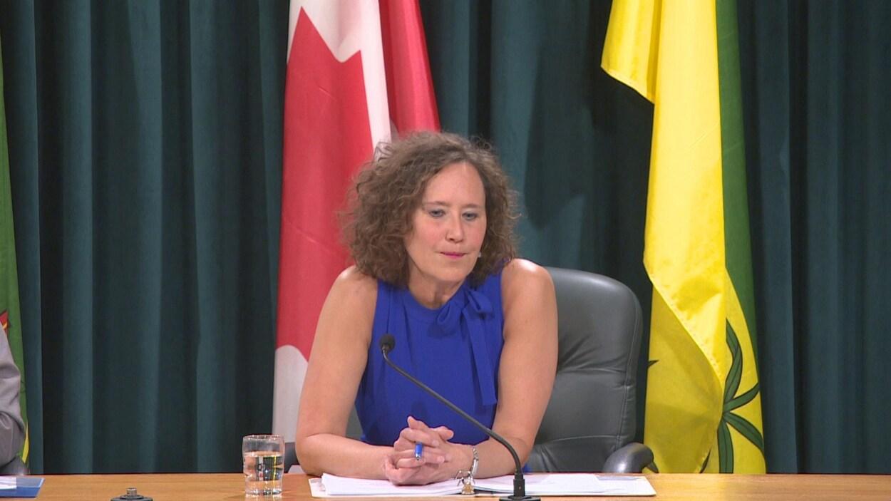 Bronwyn Eyre, assise, donne une entrevue lors de la présentation du rapport annuel de SaskEnergy.