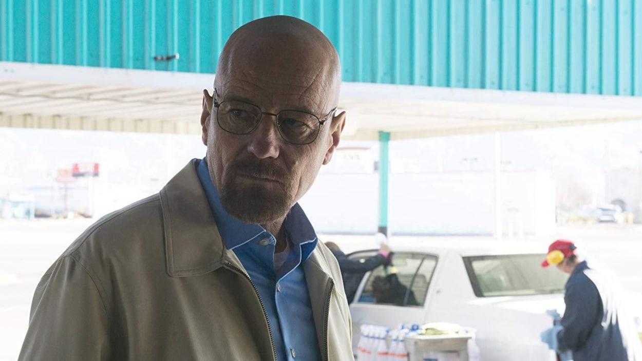 L'acteur Bryan Cranston, incarnant Walter White, dans une scène de la série  Breaking Bad  qui se déroule dans un garage.