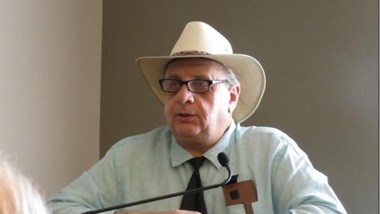 Un homme sexagénaire portant un chapeau de cowboy