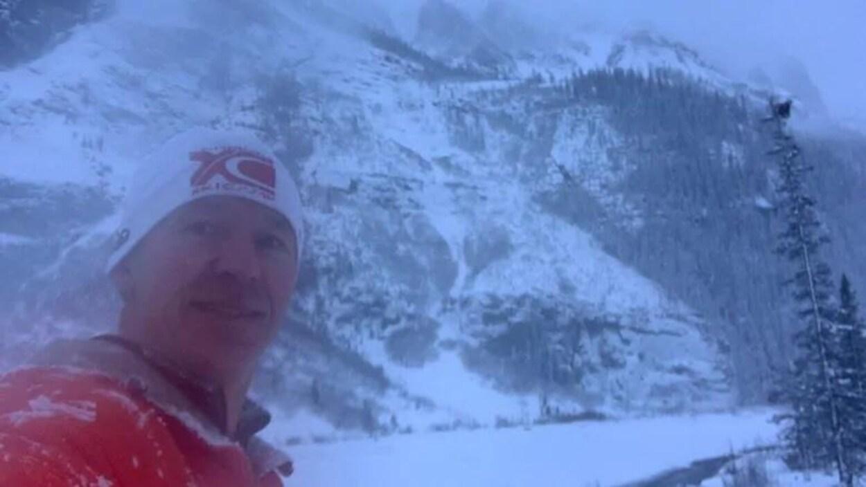 Bryon Howard devant une montagne enneigée.