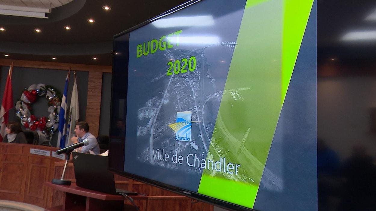 Le budget 2020 de la Ville de Chandler est présenté sur un écran dans la salle du conseil municipal.